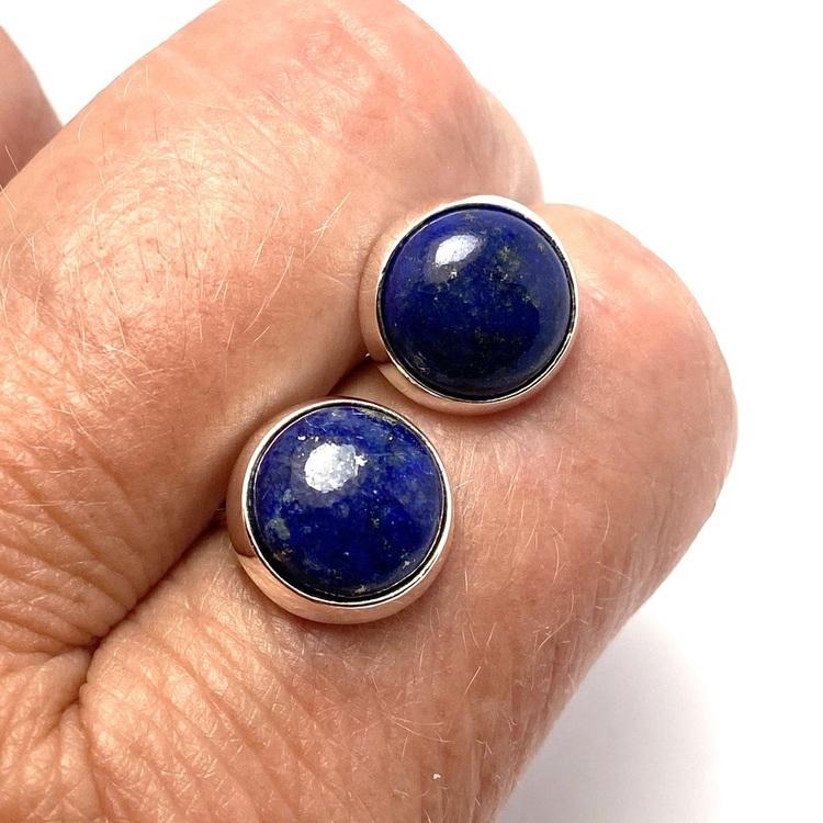 Silverörhängen med lapis lazuli. Silver earrings with lapis lazuli.
