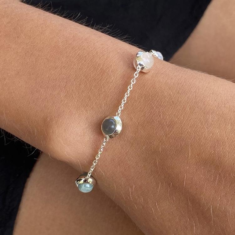 Silverarmband med naturliga stenar. Silver bracelet with natural stones.
