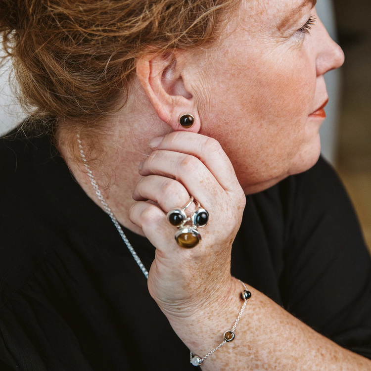 Silverörhängen med tigeröga och matchande ringar. Silver earrings with tiger eye and matching silver rings.