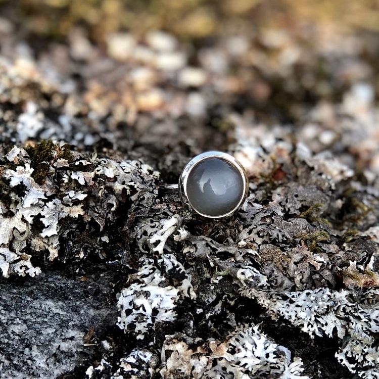 Silverring med grå månsten. Silver ring with grey moonstone.