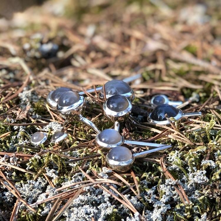 Silversmycken med grå månsten. Silver jewellery with grey moonstone.