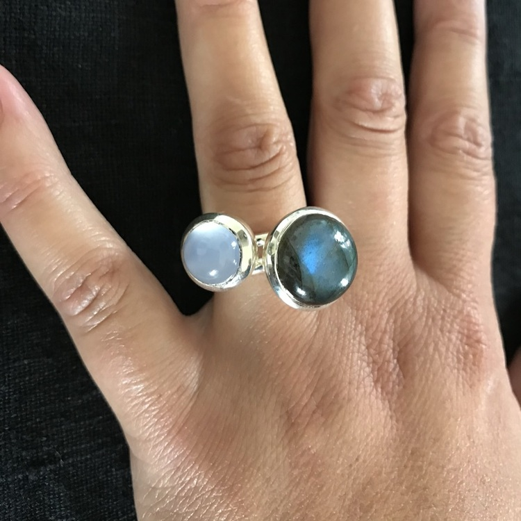Silverringar med kalcedon och labradorit. Silver rings with chalcedony and labradorite.