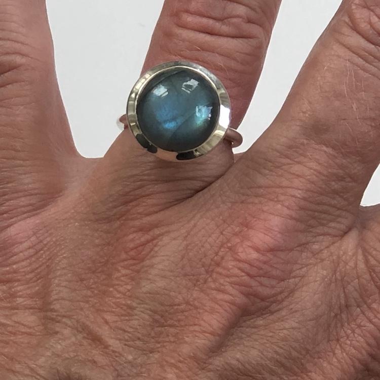 Silverringar med labradorit. Silver ring with labradorite.