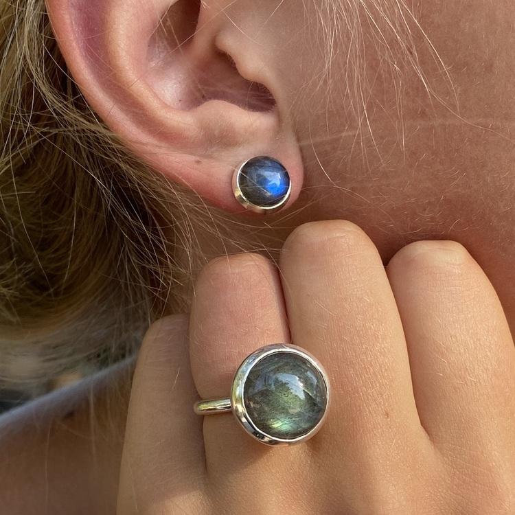 Silverringar med labradorit och matchande örhänge. Silver ring with labradorite with matching earrings.