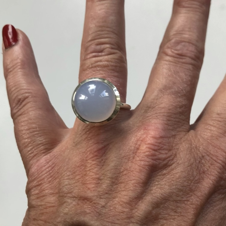 Silverring med kalcedon. Silver ring with chalcedony.
