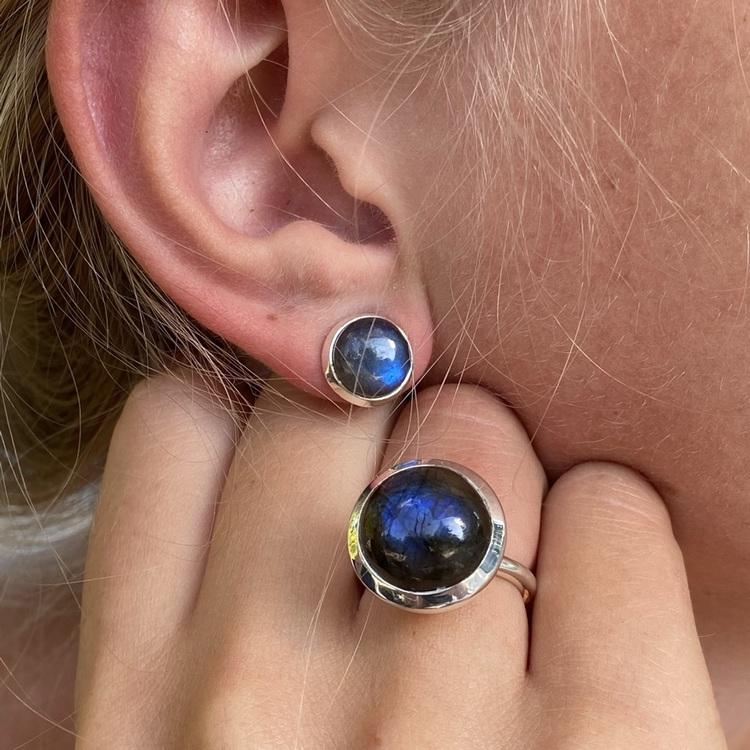 Silverring med labradorit och matchande örhänge. Silver ring with labradorite with matching earring.