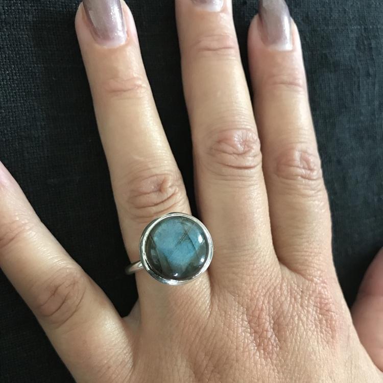 Silverring med labradorit. Silver ring with labradorite.