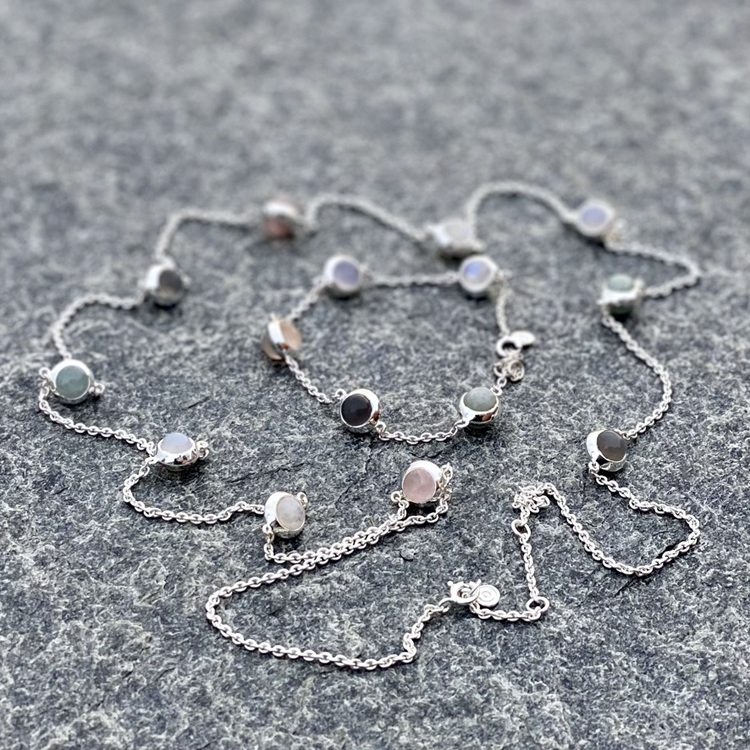 Lång silverkedja och matchande armband med regnbågs-månsten, rosenkvarts, kalcedon, akvamarin och grå månsten