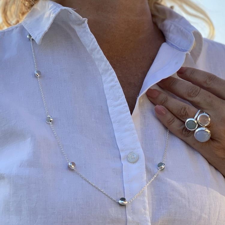 Lång silverkedja med matchande ringar. Long silver chain with matching silver rings.
