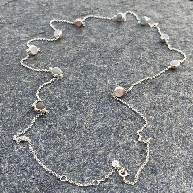 Lång silverkedja med regnbågs-månsten, rosenkvarts, kalcedon, akvamarin och grå månsten
