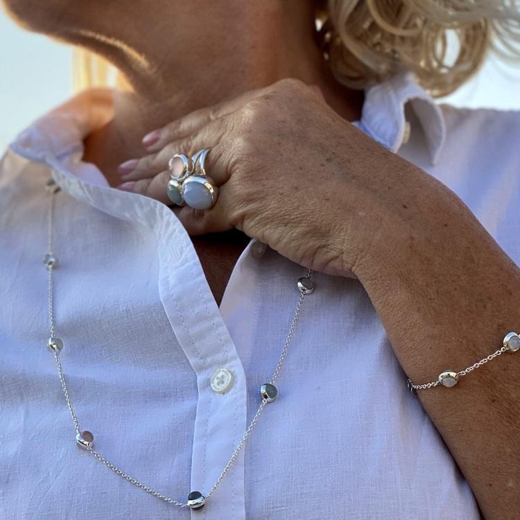Lång silverkedja med matchande armband och silverringar. Long silver chain with matching bracelet and silver rings.