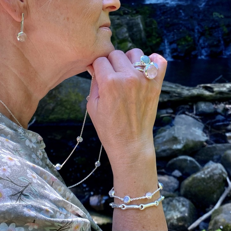 Lång silverkedja med matchande armband. Long silver chain with matching bracelet and silver rings.