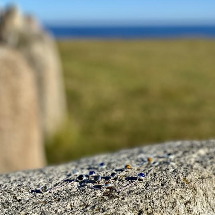 Lång silverkedja med vackra stenar; tigeröga,  lapis lazuli, labradorit, onyx och grå månsten.