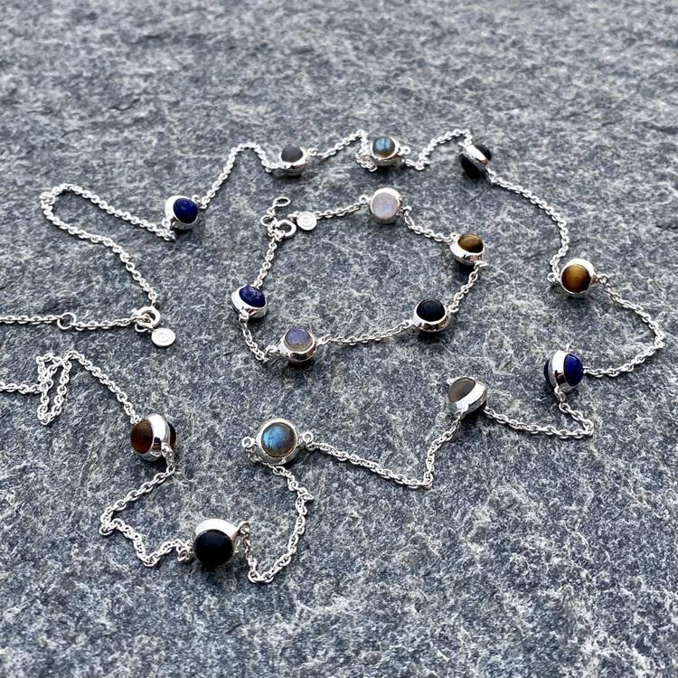 Lång halskedja med matchande silverarmband. Long silver chain with matching bracelet.
