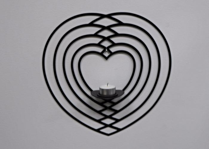 Väggljushållare för värmeljus som formar flera hjärtan i varann