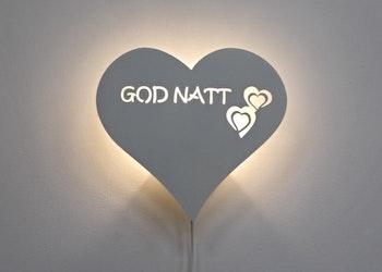 Hjärtformad vägglampa med texten GOD NATT