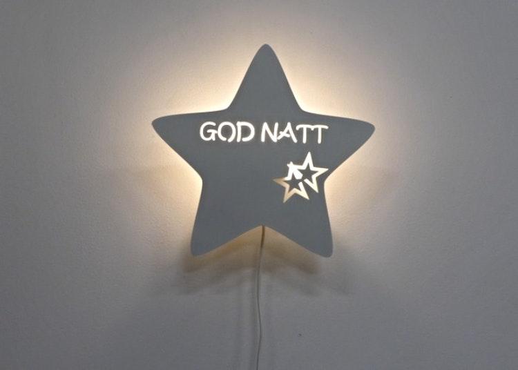 Stjärnformad vägglampa med texten GOD NATT