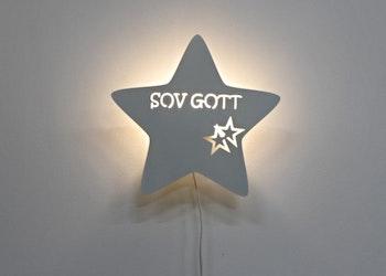 Stjärnformad vägglampa med texten SOV GOTT