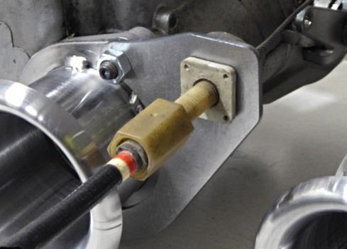 Närbild på gasvajerfäste monterat på weber 45