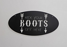 "Skylt, ""kick your BOOTS off here"""