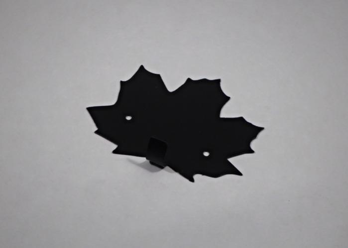 Hängare / Krok i plåt, formad som ett lönn-löv. Svartlackerad.