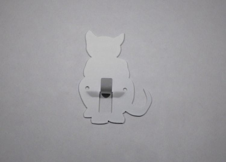 Hängare / Krok i plåt, figurskuren i formen av en sittande katt. Vitlackerad.