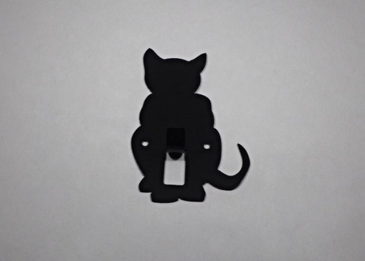 Hängare / Krok i plåt, figurskuren i formen av en sittande katt. Svartlackerad.