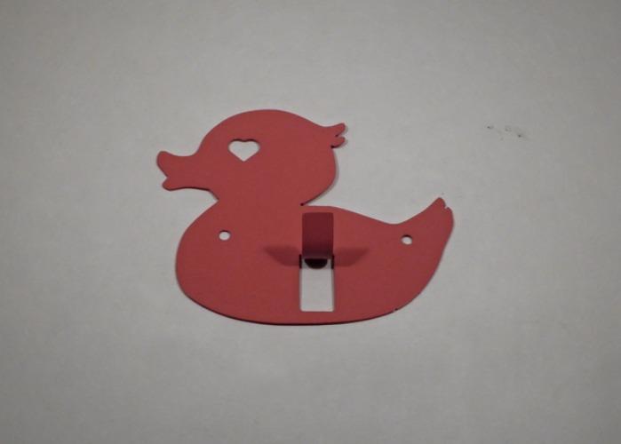 Hängare / Krok i plåt, figurskuren i formen av en badanka. Rosa.