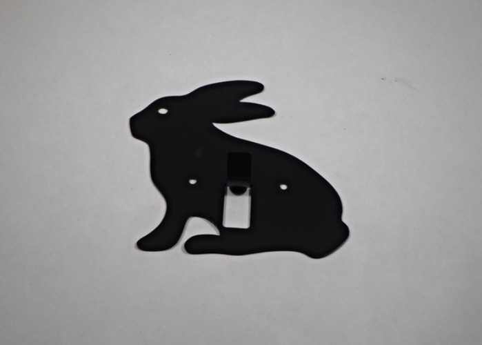 Hängare / Krok i plåt, figurskuren i formen av en kanin. Rosa.