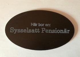 Här bor en Sysselsatt Pensionär