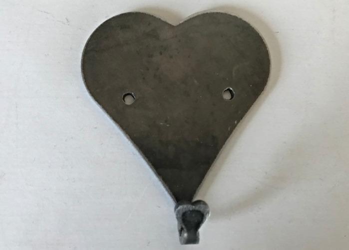 En hängare i form av ett hjärta i svartplåt.