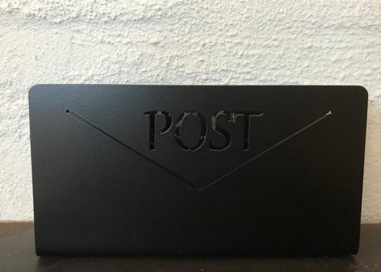 Postfack i plåt.