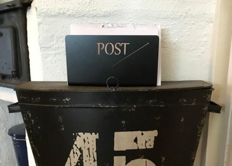 Postfack i plåt, svartlackerad.