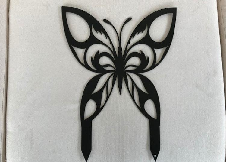 En fjäril i plåt med två spetsar.