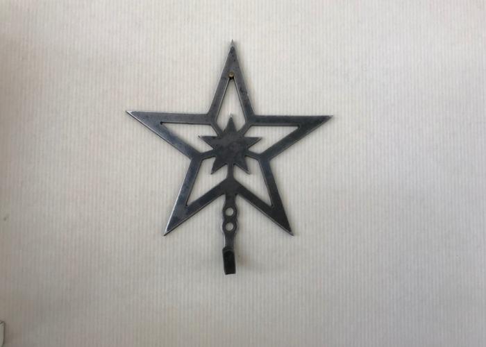 Stjärnkrok i svartplåt.