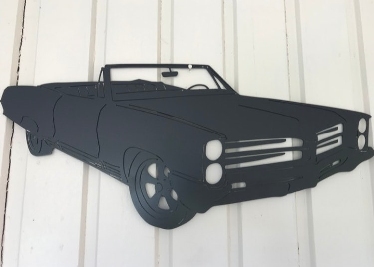 Svartlackerad Pontiac Bonneville -66 i plåt.