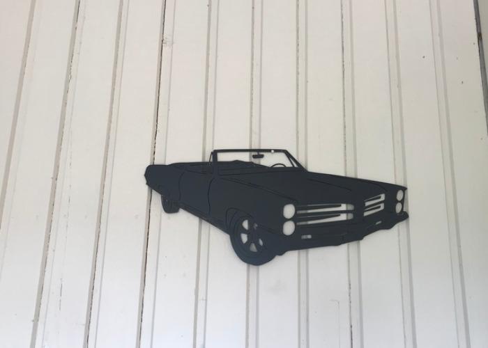 Väggdekoration i form av en Pontiac Bonneville -66 som är svart och i plåt.