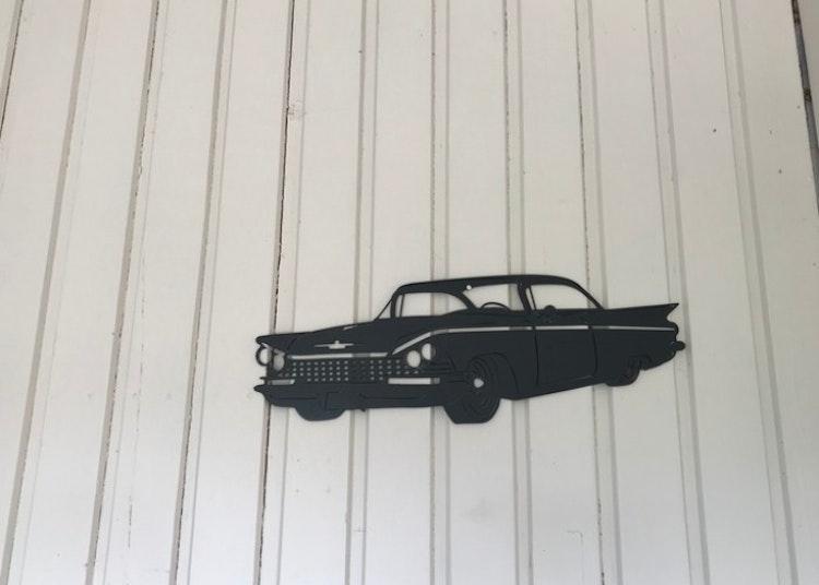 Svartlackerad Buick -59 i plåt, väggdekoration.