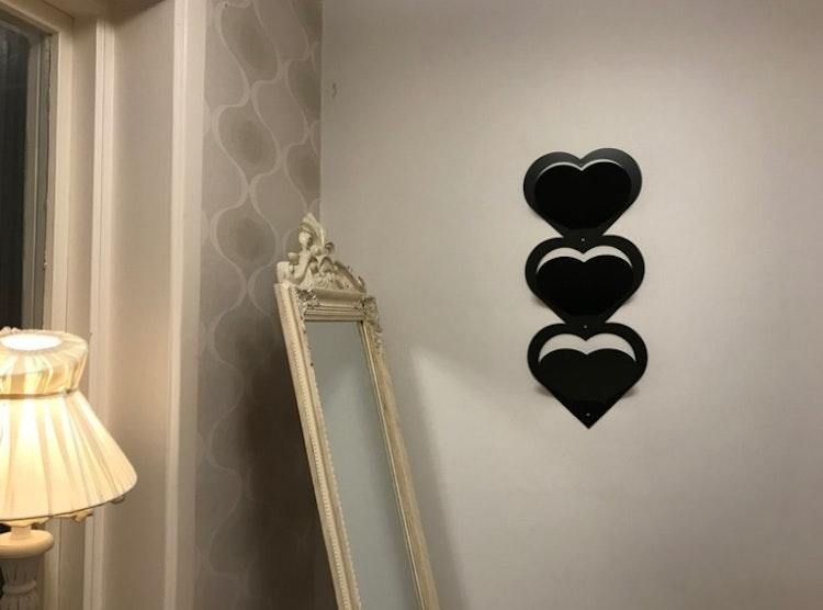 Hjärtformat brevställ för väggmontage, svart.