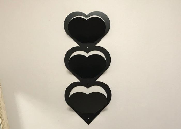 Svart brevställ med tre fack, hjärtformat.