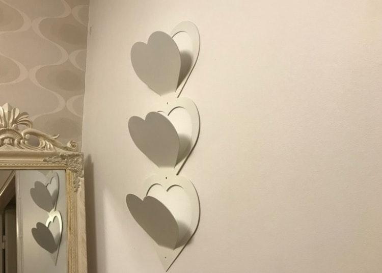 Brevställ för vägg, vitlackerad.