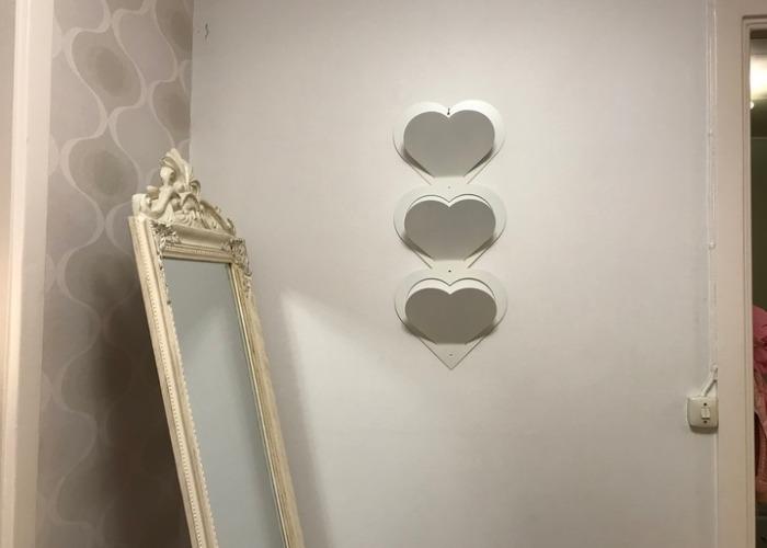 Brevställ med tre hjärtan, vitt.