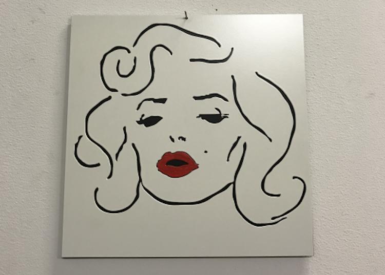 Marilyn Monroe skylt med röda läppar i 1mm plåt att hänga på väggen.