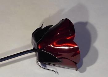 Plåtros lackerad i röd candy.