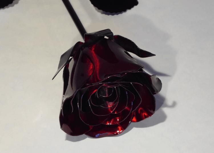 Stålros i snygg röd färg.