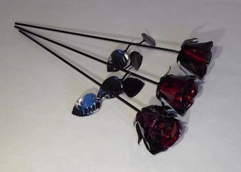 3st röda rosor i plåt.