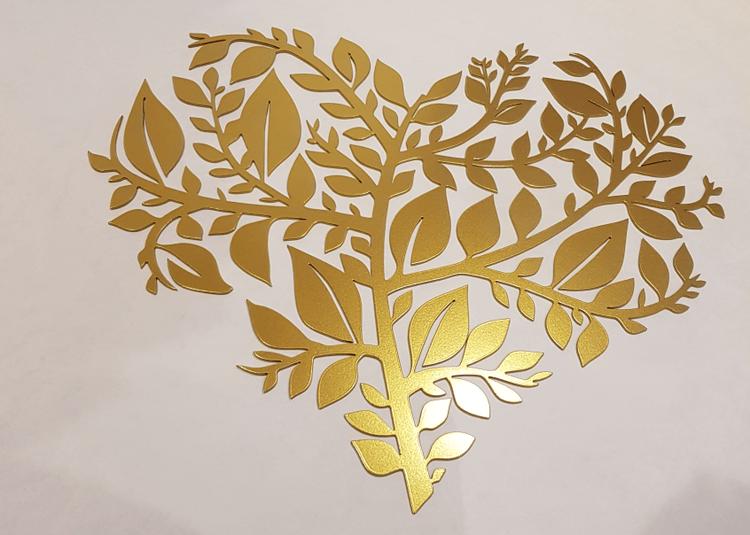 Löv-hjärta, ett hjärta format av utskurna löv i stål.