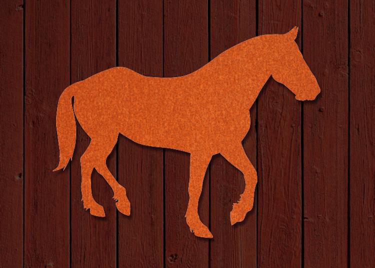 Hästsiluett i cortsenstål på träfasad.