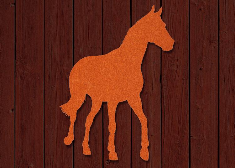 Häst skuren i corten på träfasad.