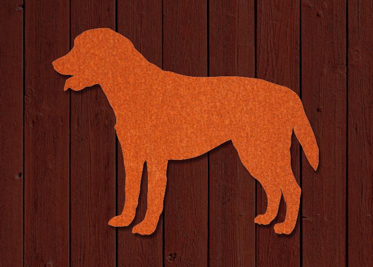 Fasaddekor av Labrador i siluettform, skuren i rostig cortenplåt.